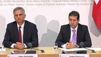 Bundespräsident Didier Burkhalter und Bundesratssprecher André Simonazzi an der Pressekonferenz zu Russland.jpg
