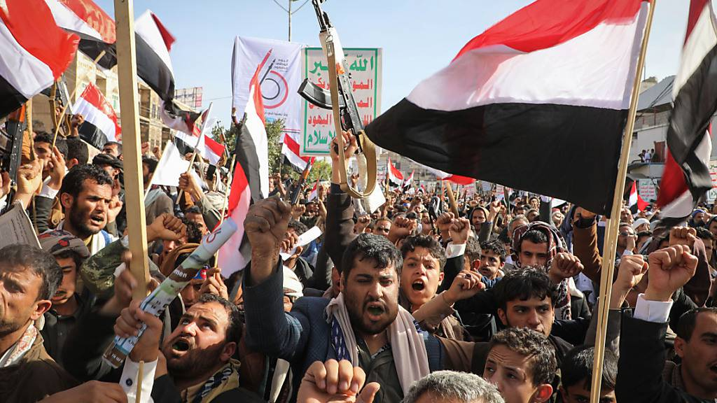ARCHIV - Unterstützer der Huthi-Rebellen halten Waffen und Fahnen während einer Kundgebung. Foto: Hani Al-Ansi/dpa