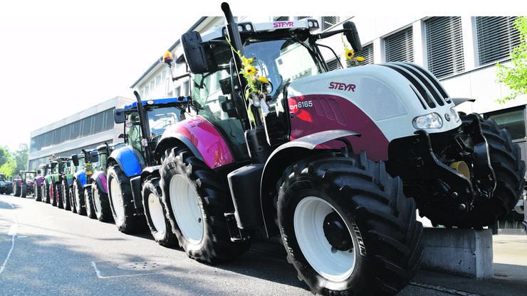In Reih und Glied, zwar etwas waghalsig, standen die Traktoren der Landmaschinenmechaniker vor dem Berufsbildungszentrum Freiamt (bbz).