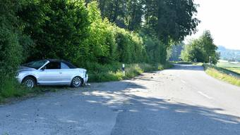 Der Wagen kam rechts von der Fahrbahn ab und überschlug sich dabei. Wieder auf den Rädern prallte er schliesslich frontal gegen die Böschung.
