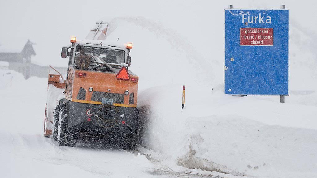 In Hospental in Uri wird auf Hochtouren Schnee geräumt.