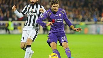Fiorentina's Marcos Alonso (r.) im Zweikampf mit Juves Andrea Pirlo