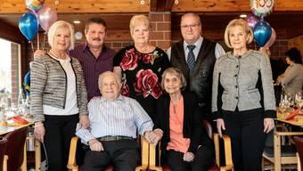 Sie feierten den 100. Geburtstag (vorne): Jubilar Hans Leuenberger und Lebenspartnerin Anna Elser. Hinten (v. l.): Marlise Fischer (Tochter), Urs Fischer (Schwiegersohn), Susanne Keller (Tochter), René Keller (Schwiegersohn) sowie Sylvia Moser (Tochter).
