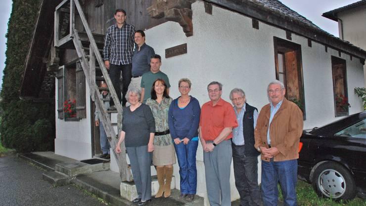 Sie kaufen das Schüeli: Der Vorstand des neuen Vereins mit Rosemarie Stucki (vorne links). (ju)