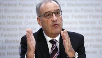 Lehrlinge dürfen nach ihrer Berufslehre noch ein Jahr weiterbeschäftigt werden, auch wenn ihr Betrieb Kurzarbeit eingeführt hat. Das gab Wirtschaftsminister Guy Parmelin bekannt.