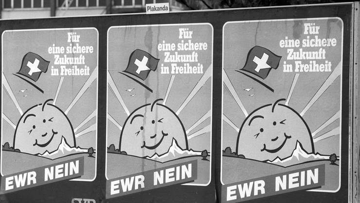 1992 – Nein zum EWR: Am 6. Dezember 1992 lehnte die Schweizer Bevölkerung den Beitritt zum Europäischen Wirtschaftsraum (EWR) hauchdünn ab. 50,3 Prozent sagten Nein, die Stimmbeteiligung lag bei 79 Prozent. Der EWR ist ein Freihandelsabkommen zwischen der EU und den Efta-Staaten Norwegen, Liechtenstein und Island. Das Nein zum EWR begründete in der Folge den Aufstieg der SVP zur grössten Partei der Schweiz.