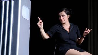 Anet Corti schlüpft in diverse Rollen. Hier unterhält sie sich mit ihrem maschinellen Sekretär, dem Takashi Personal Robot System.