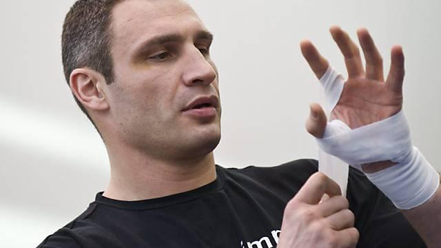 Witali Klitschko muss wegen einer Handverletzung pausieren.