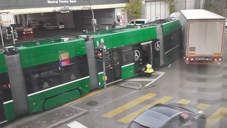 Das Tram krachte mit einem Sattelschlepper zusammen.