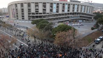 """Tausende katalanische Separatisten demonstrierten am Mittwoch vor dem Stadion Nou Camp in Barcelona, wo später der """"Clasico"""" zwischen dem FC Barcelona und Real Madrid angepfiffen werden sollte."""