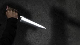 Erst drohte der Angeklagte, sich etwas anzutun, dann richtete er das Messer auch gegen seine Ex-Freundin. (Symbolbild)