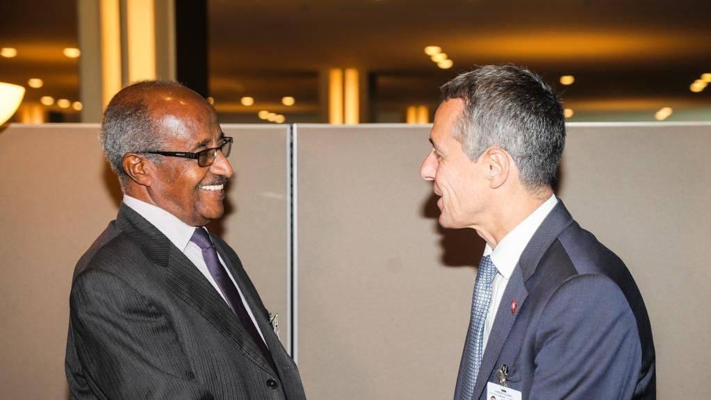 Zum zweiten Mal traf Bundesrat Cassis in New York den eritreischen Aussenminister Osman Saleh Mohammed. Nach Ansicht des Schweizer Aussenministers ist es aber noch zu früh, um ein Rückübernahmeabkommen mit Eritrea auf den Tisch zu bringen.