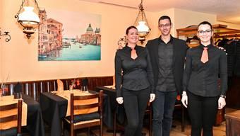 Wirt Vincenzo Zaccone mit den Serviceangestellten Valentina Dragud (links) und Stefania Georgescu (rechts).