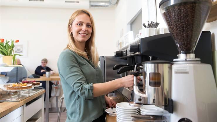 Freut sich täglich, ihre Gäste zu bedienen: Dijana Vujcic in ihrem Café D&M.