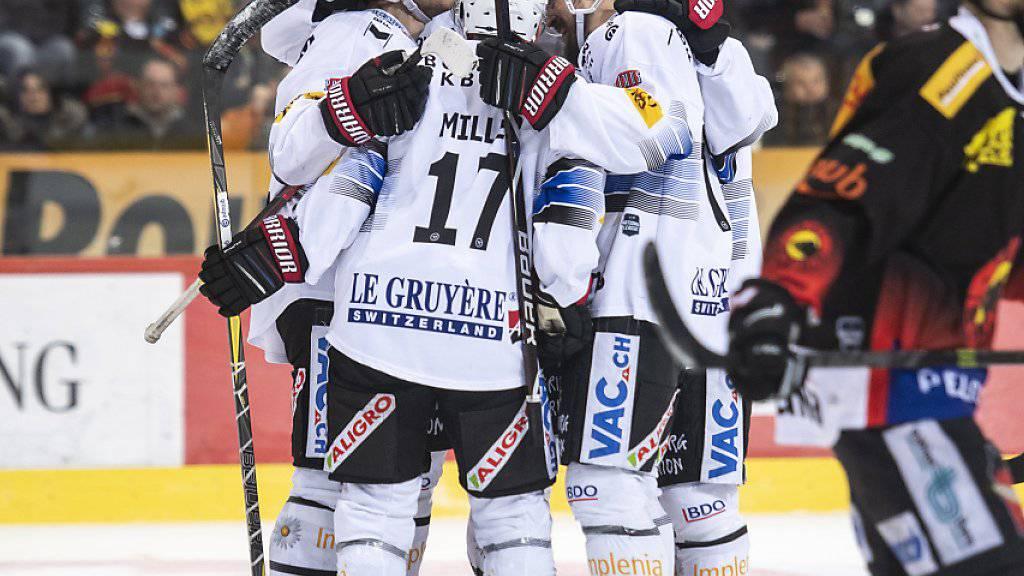 Fribourgs Spieler jubeln beim Leader in Bern