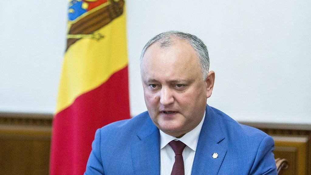 In Moldau hat das Verfassungsgericht dem moskaufreundlichen Präsidenten Igor Dodon (im Bild) vorübergehend Vollmachten entzogen. Der Ministerpräsidenten der letzten Regierung, Pawel Filip, wurde beauftragt das Parlament aufzulösen und Neuwahlen anzusetzen. (Archivbild)