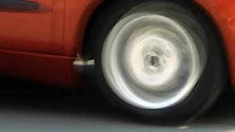 Wie die Stadtpolizei am Mittwoch mitteilte, fuhr die Frau nach der Kollision in Wülflingen offenbar mit ihrem kaputten Auto und mit plattem Reifen auf der Autobahn bis nach Töss. (Symbolbild)