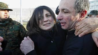 Eine Frau freut sich über die Freilassung eines Häftlings