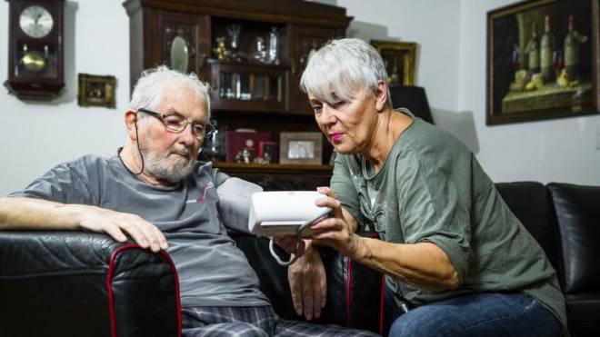 Seit mehr als vier Jahren kümmert sich Uschi Lobsiger Tag und Nacht um ihren Mann Werner. Foto: Chris Iseli