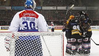Die Berner Spieler jubeln vor ZSC-Goalie Lukas Flüeler.