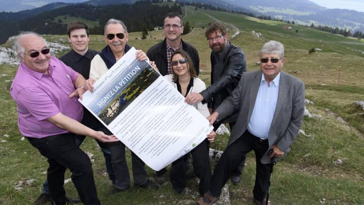 Ein Teil des Oppositionskomitees gegen die geplanten Windparks im Waadtländer Jura. Im Mai lancierten sie ihre Petition. (Archiv)