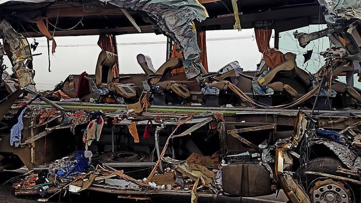 Das Bus-Wrack nach dem Zusammenstoss mit einem Lastwagen.