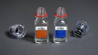 Die zwei Flaschen von Berlinger zur A- und B-Probe von Urin. Gian Ehrenzeller/Key