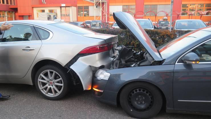 An den beteiligten Fahrzeugen entstand grosser Sachschaden.