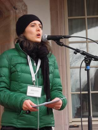 Rebekka Sieber, Kunstvermittlerin in der Langmatt, erklärt die diesjährige Ostereier suche.