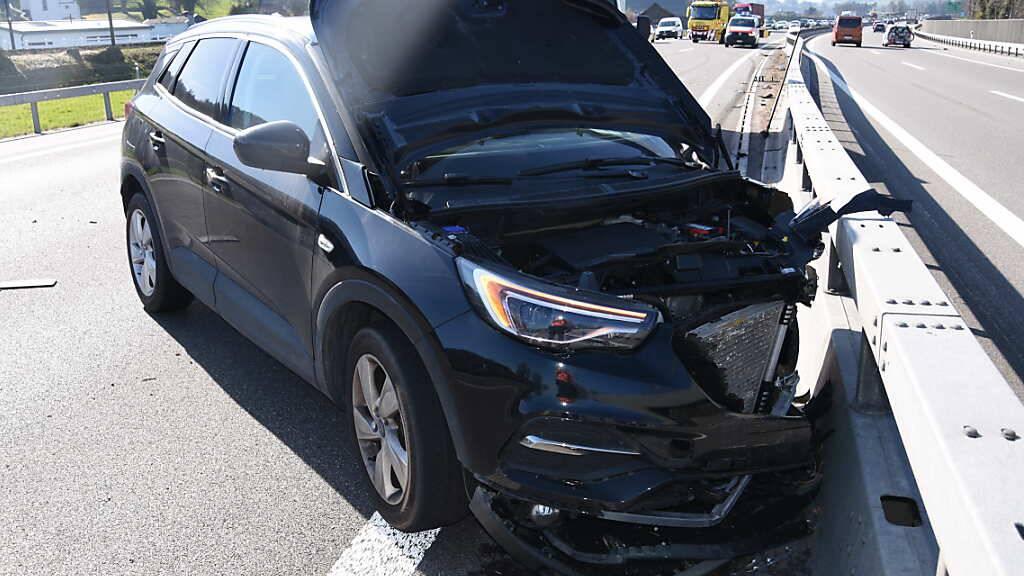 Eines der Wracks nach dem Auffahrunfall auf der Autobahn A1 in St. Margrethen, bei dem zwei Personen leicht verletzt wurden.