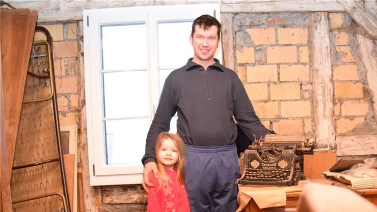 Urban Keusch und seine Tochter zeigen die Schreibmaschine, die die Trödel-Händler nicht wollten. Cornelia Schlatter