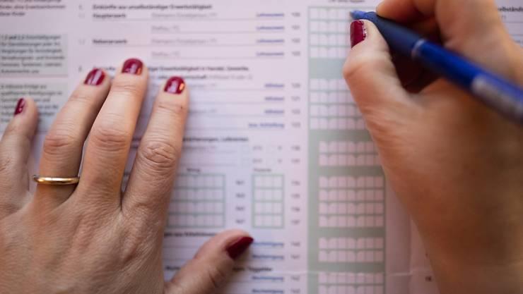 Für Steuern, Krankenkassenprämien und andere obligatorische Abgaben muss jeder Schweizer Haushalt pro Monat im Schnitt fast 3000 Franken aufwenden. (Themenbild)