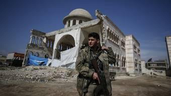 Ein Soldat der von der Türkei unterstützten Freien Syrischen Armee in eroberten Stadt Azaz: Die prokurdischen Truppen in Afrin haben zuletzt Rückschläge erleiden müssen.