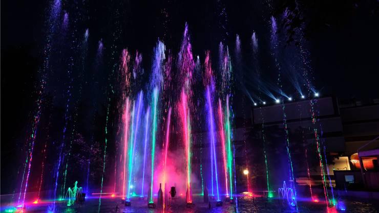 Und weil es so schön ist: nochmals das Wasserspiel mit seinen zauberhaften Farben.
