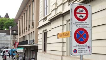 Das Verkehrsschild beim Stadtcasino muss um einige Meter nach hinten versetzt werden, um den Zubringerdienst zum Saal zu ermöglichen.