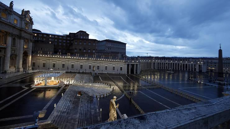 Der Papst, der mutterseelenallein auf dem Petersplatz steht und den Segen «Urbi et Orbi» erteilt.