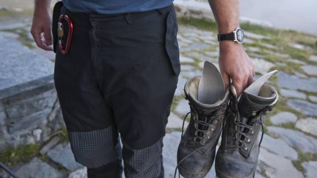 Schuhe und Hose eines Bergwanderers (Archiv)