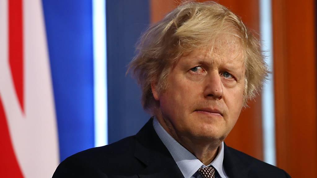 Großbritanniens Premierminister Boris Johnson nimmt an einem Briefing zur Lage im Kampf gegen die Corona-Pandemie teil. Foto: Hollie Adams/PA Wire/dpa