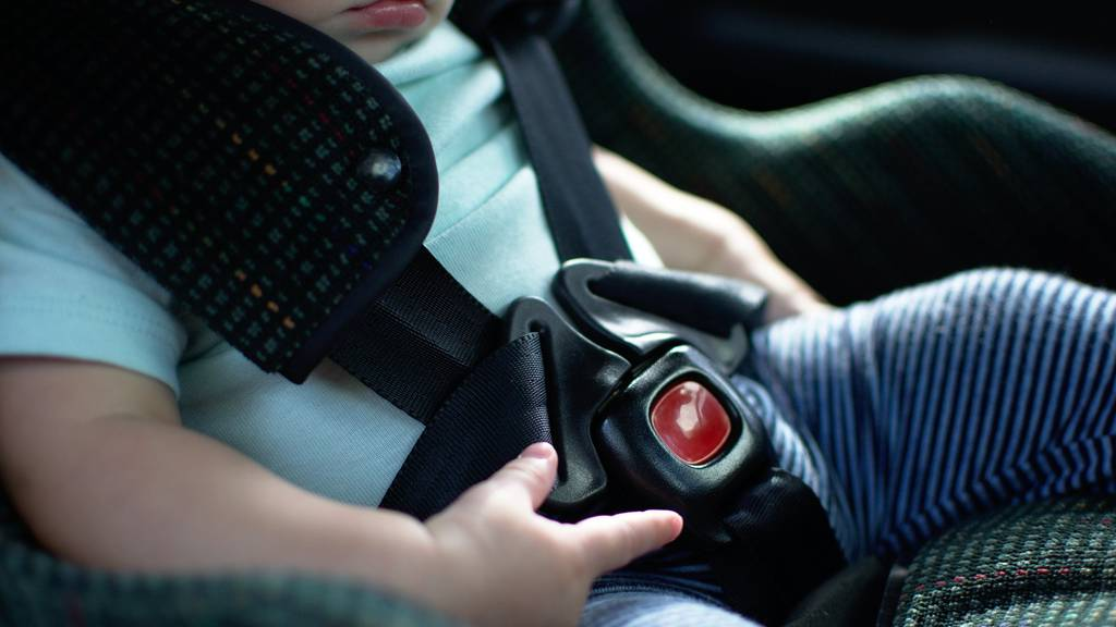 Baby eingesperrt: Polizist schlägt Autoscheibe ein