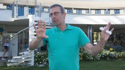 Oberbadmeister Paul Markus Joss beim Besuchereingang durch die Grenchner Badi.
