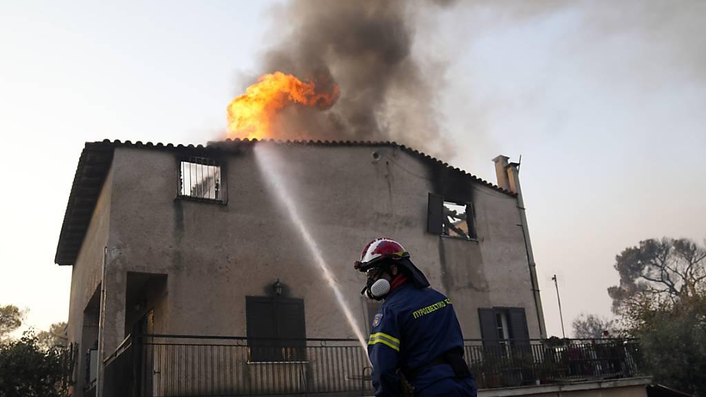 «Albtraumbrand» in Athens Vororten – Rauchschwaden über der Stadt
