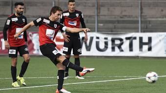 Sandro Burki erzielt das 3:0 der Aarauer und wird Matchwinner.