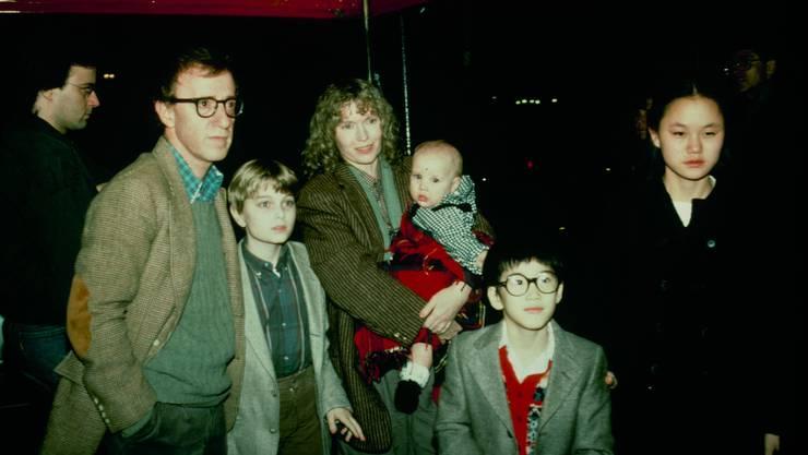 Ein Bild aus glücklichen Tagen: Woody Allen mit Mia Farrow und den Kindern Misha, Dylan (in Farrows Armen), Fletcher, und Soon-Yi.