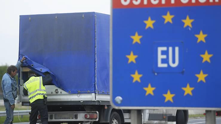 Die bisher eingeführten Grenzkontrollen sollen in fünf europäischen Ländern verlängert werden. Wie beispielsweise in Österreich, wo zurzeit an der Ostautobahn (A4) beim Grenzübergang Nickelsdorf die Polizei Kontrollen durchführt (Archiv).