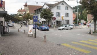 Idee «grosser Kreisel» für Niedergösgen: Der Verkehr von Schönenwerd her soll über die Jurastrasse (rechts) via Erlinsbacherstrasse Richtung Olten geführt werden, der Verkehr von Obergösgen her in Einbahn in Richtung Schönenwerd. So würde auf der Hauptstrasse (links) Raum für Parkplätze gewonnen.