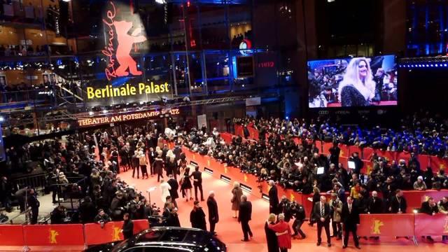 Berlinale-Eröffung: Stars, Fans und ein genervter George Clooney