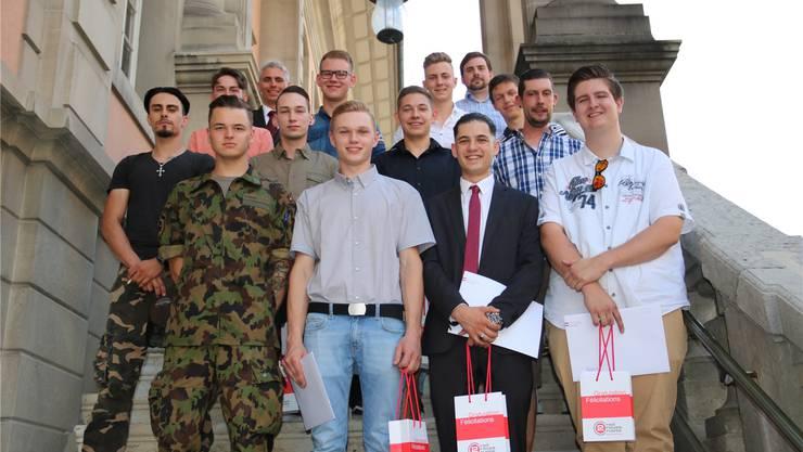 Die Prüfungsabsolventen der Zweirad-Berufe mit Verbandspräsident Robert Weishaupt und Chefexperte Renato Kuhn.