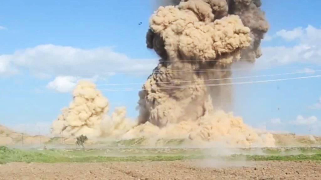 Eine UNO-Agentur bestätigte erhebliche Schäden bei einem Tempel in Nimrud, dessen Zerstörung der IS verkündet hatte. Das Archivbild stammt aus einem früheren IS-Video und soll ebenfalls Explosionen in Nimrud zeigen.