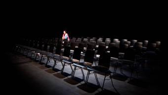 Regisseurin Corinne Maier erzählt im Stück «Die Zufügung» von der abwesenden Autorin Gerlind Reinshagen. (Foto: Guillaume Musset)