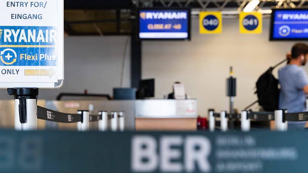 Fluggesellschaften erdenken sich immer neue Gebühren. So werden Passagiere auch beim Billigflieger Ryanair künftig ohne Aufpreis nur noch eine kleine Tasche an Bord nehmen dürfen. (Archivbild)